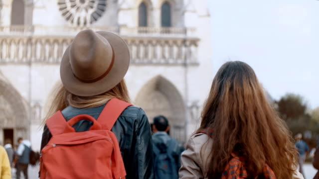 Rückansicht-von-zwei-Reisen-Frau-mit-Rucksack-zu-Fuß-in-der-Nähe-der-Notre-Dame-Kathedrale-in-Paris-Frankreich