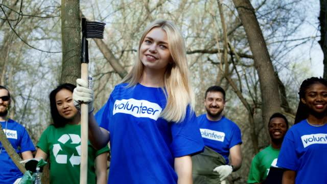 Niña-sonriente-con-grupo-de-voluntarios