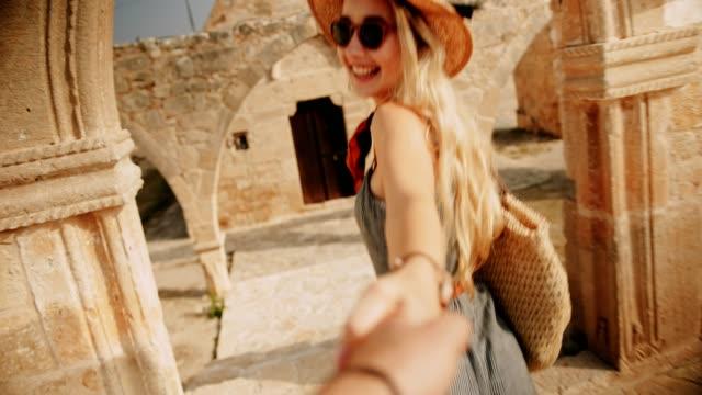 Frau-Hand-in-Hand-mit-Freund-in-den-Sommerferien-in-Europa