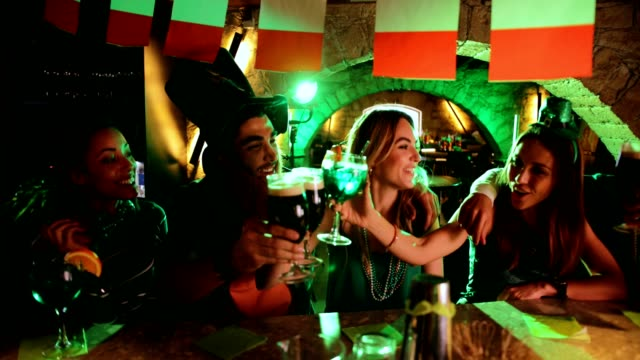 Y-multiétnicos-hombres-y-mujeres-tener-bebidas-en-el-día-de-San-Patricio