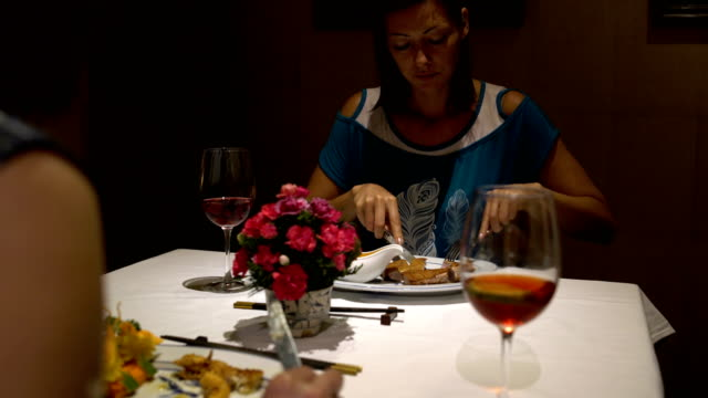 Women-in-the-restaurant-to-eat-sitting-at-the-table-and-talk