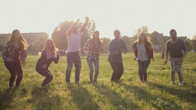 Amigos-saltar-juntos-Filmada-en-cámara-lenta