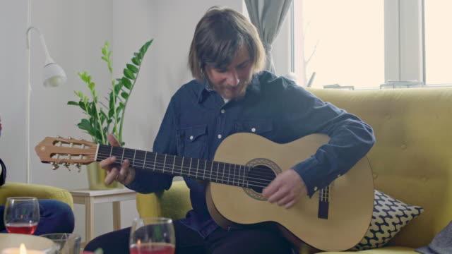 Joven-tocando-la-guitarra