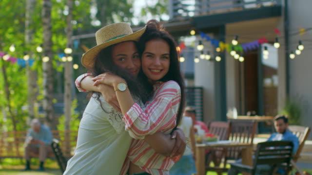 Porträt-von-zwei-hübschen-Mädchen-umarmt-und-lächelnd-Besten-Freunde-umarmen-und-haben-Spaß-an-einem-Sommertag-In-Zeitlupe-
