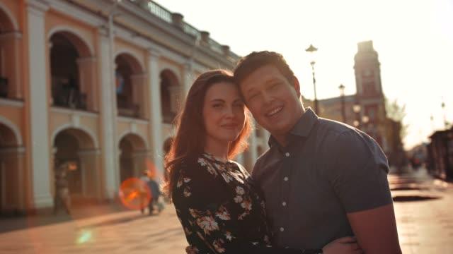 Glücklich-lächelnd-junges-Paar-auf-Stadtstraße