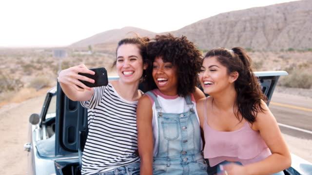 Freundinnen-unter-Selfies-während-einer-Pause-auf-Roadtrip