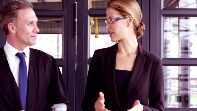 Personas-de-negocios-hablando-juntos-mientras-caminaba