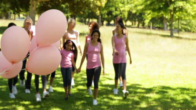 Feliz-mujer-en-marcha-una-caminata-de-concienciación-sobre-el-cáncer-de-mama