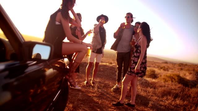 """Eine-Gruppe-von-Freunden-in-einem-ruhigen-Sommer-Sonnenuntergang-in-eine-Party-mit-fixierbaren-Ã""""rmeln"""