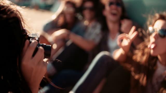 Hipster-Freunde-Straße-Reise-mit-dem-peace-Zeichen-während-Bild