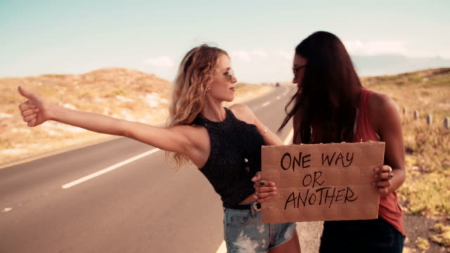 Zwei-Hipster-Mädchen-Trampen-zusammen