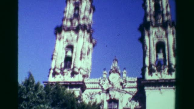 1978:-religiosas-de-la-iglesia-catedral-edificio-inclinación-abajo-día-soleado-cielo-azul-