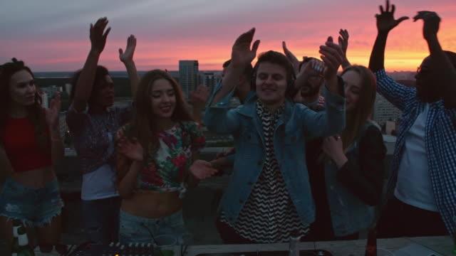 DJ-mezclando-música-para-los-amigos-en-la-azotea