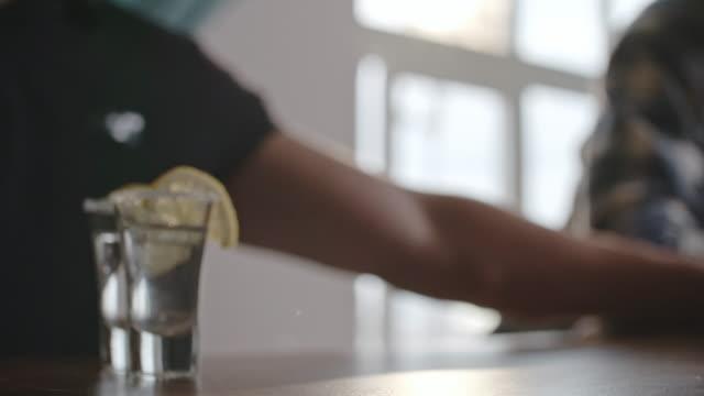 Barkeeper-Schiebe-Zitrone-Wodka-für-Kunden