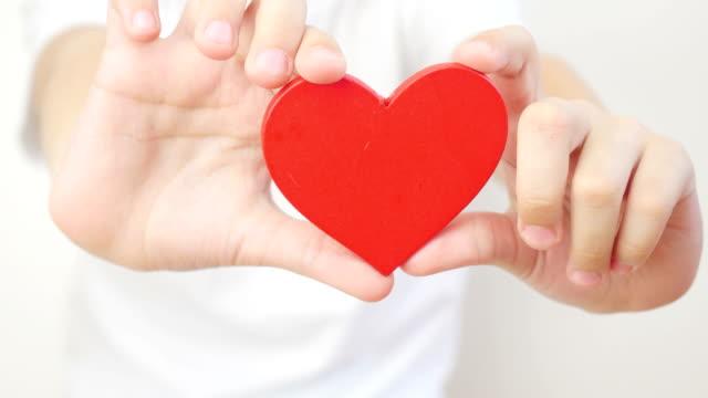 Hands-showing-a-heart-
