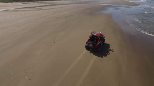 Luftaufnahme-von-Geländewagen-fahren-am-Strand