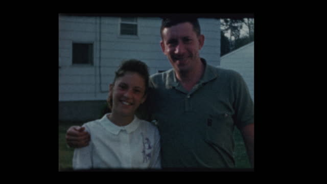 familia-de-1960-colgando-hacia-fuera-en-el-patio-trasero