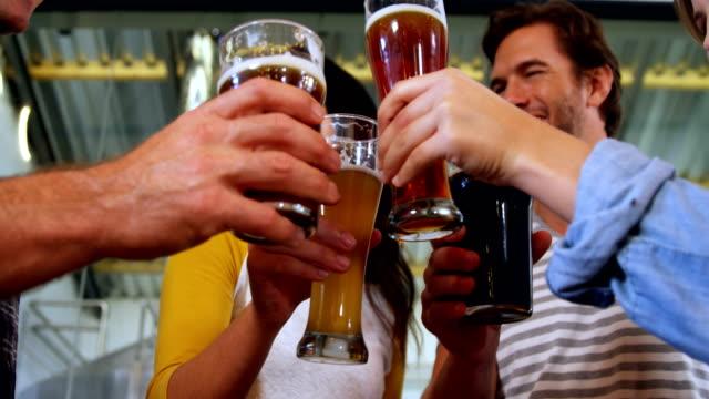Brauereien-die-Bier-in-der-Brauerei-4k-Toasten
