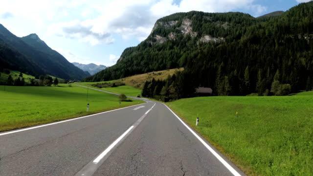 Motociclistas-paseos-en-un-hermoso-paisaje-camino-de-montaña-en-Austria-Vista-en-primera-persona