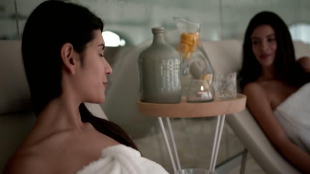 Mujeres-jóvenes-con-toallas-relajantes-en-el-spa-center