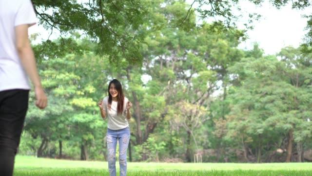 Adolescentes-adiós-agitando-en-el-aire-libre-en-parque-verde-