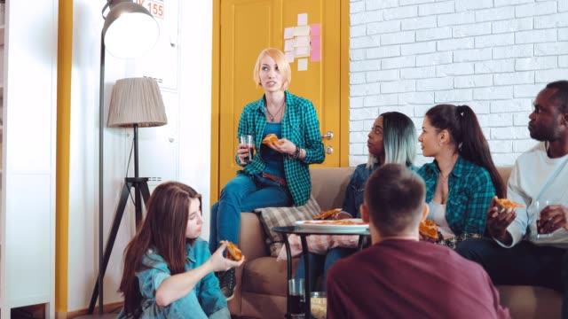 Amigos-se-comunican-sentado-en-casa-compartiendo-sus-historias