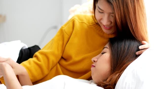 Schöne-junge-asiatische-Lesben-Frau-paar-auf-Schlafzimmer-zu-Hause-Konzept-Lgbt-