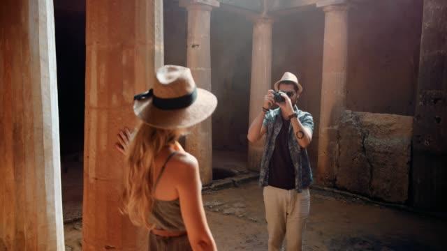 Touristen-zu-zweit-mit-der-Kamera-fotografieren-in-europäischen-archäologischen-Stätte