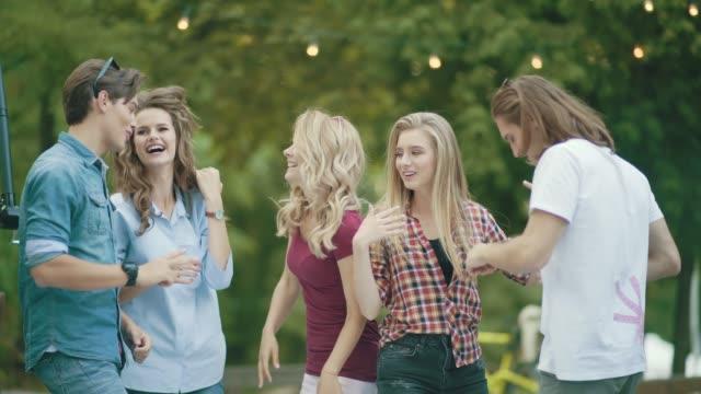 Amigos-felizes-de-bailar-divertirse-y-disfrutar-la-fiesta-al-aire-libre-
