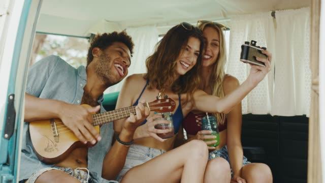 Freunde-Sommer-Strand-Lifestyle