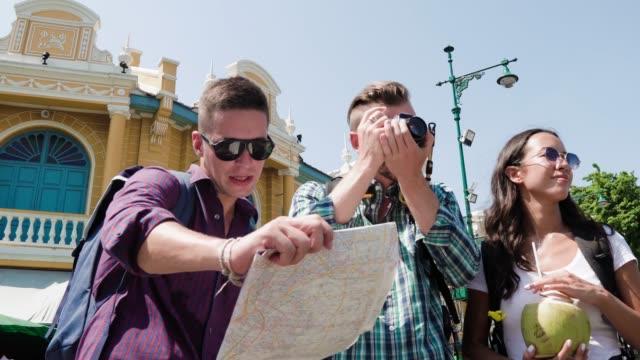 Grupo-de-amigos-turistas-mochileros-en-Bangkok-Tailandia