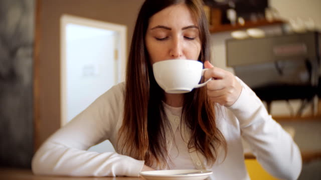 Hübsche-Frau-in-einem-Café-trinken-Kaffee-selektiven-Fokus