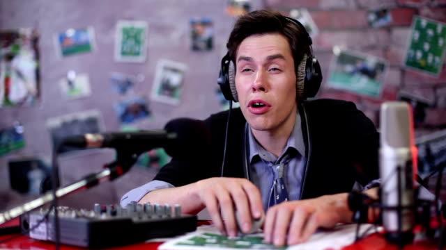 """Comentarista-evento-deportivo-o-s\-está-reduciendo-en-el-\""""sleep-mode\""""-dj-de-radio"""