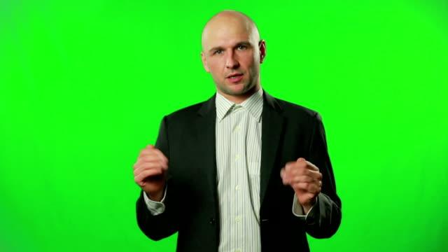 Empresario-presentar-algo-en-el-estudio-en-contra-de-una-pantalla-verde