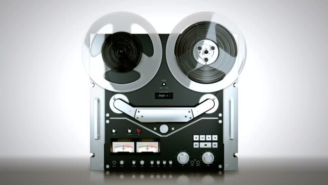 reel-tape-recorder-während-Sie-eine-Rolle-Klebeband-auf-Sie