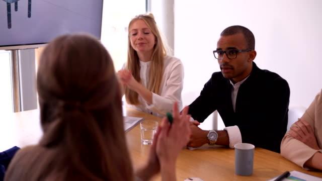 Africano-americano-hombre-y-equipo-de-negocios-en-la-sala-de-reuniones-cinco