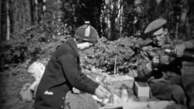 1933:-pareja-picnic-al-aire-libre-vierte-caliente-el-café-de-la-cantina-