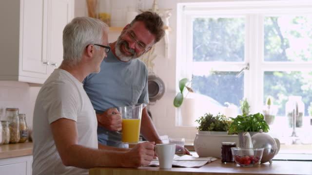 Männliche-Homosexuelle-Paare-zusammen-zu-Hause-frühstücken