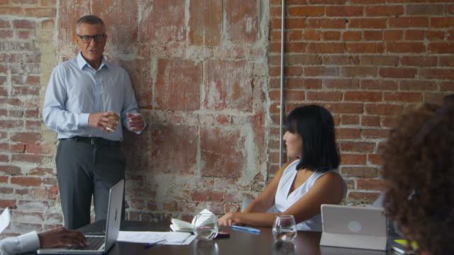 Reunión-del-grupo-de-empresarios-en-la-sala-de-juntas-Shot-en-R3D