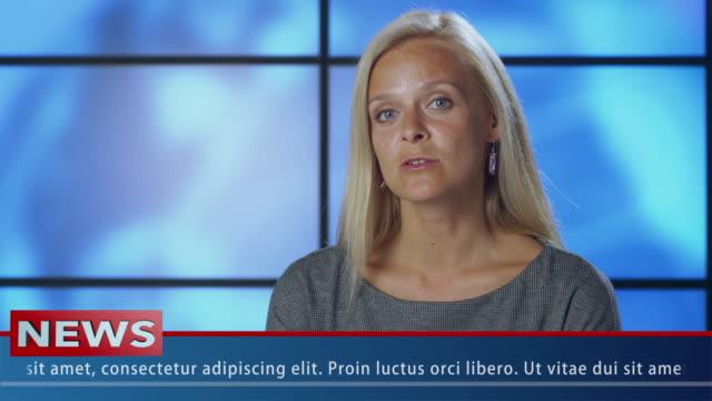 Presentadora-de-noticias-femenino-de-primer-plano-en-el-estudio-de-difusión