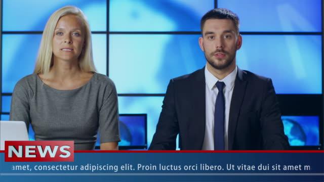 Dos-Noticias-presentador-en-el-estudio-de-difusión