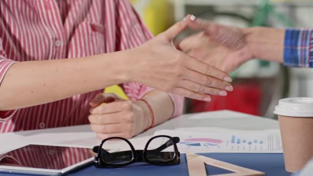 Empresaria-sacudarir-las-manos-con-pareja