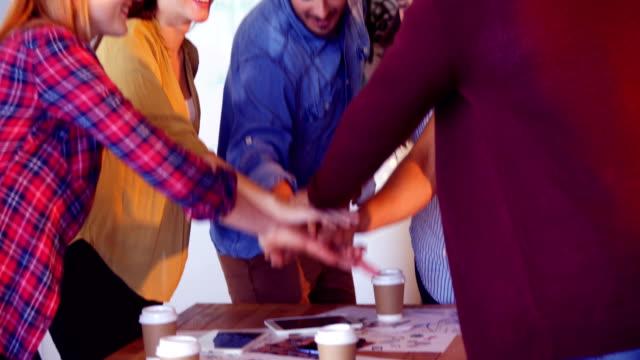 Compañeros-de-trabajo-formando-las-pila-de-la-mano