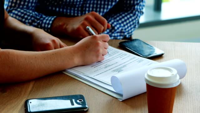 Ejecutivo-firma-contrato-en-escritorio