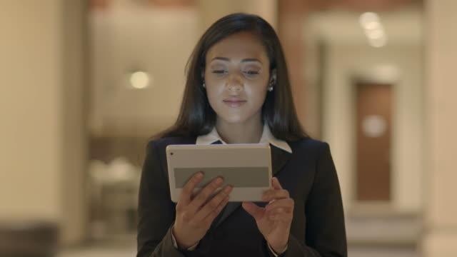 Hermosa-mujer-negra-trabajando-con-una-tableta-Digital-Situado-en-un-lugar-público-Navegando-por-Internet-mensajes-de-texto-y-blogs-