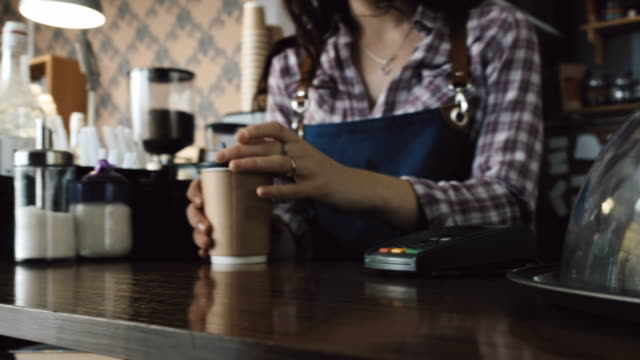Cliente-pagar-con-teléfono-para-el-café