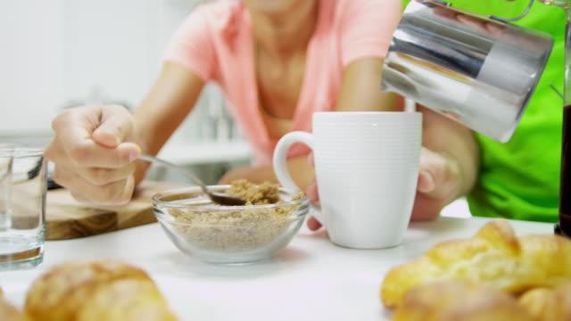 Hombre-mujer-pareja-étnica-cocina-mostrador-desayuno-café