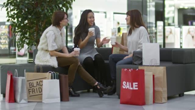 Tres-amigas-en-el-centro-comercial