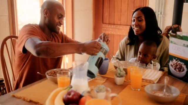Familia-feliz-desayunando-en-su-casa-en-la-mañana