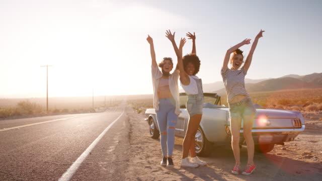 Freundinnen-Spaß-während-einer-Pause-auf-ihrer-Reise